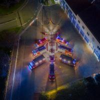 Seeheimer Feuerwehr kreativ: Weihnachtsbaum aus Feuerwehrfahrzeugen und Schlauchmaterial